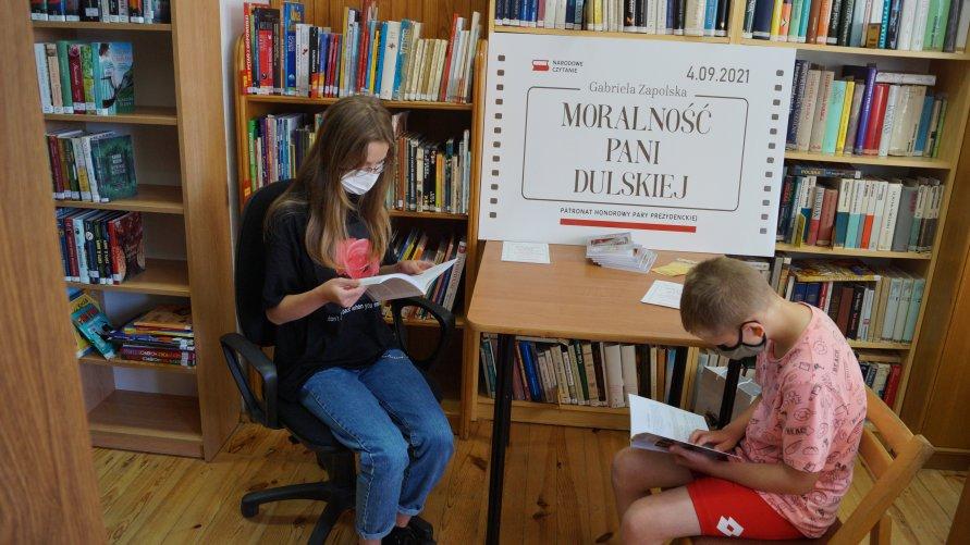 Zdjęcie przedstawiające czytające dzieci