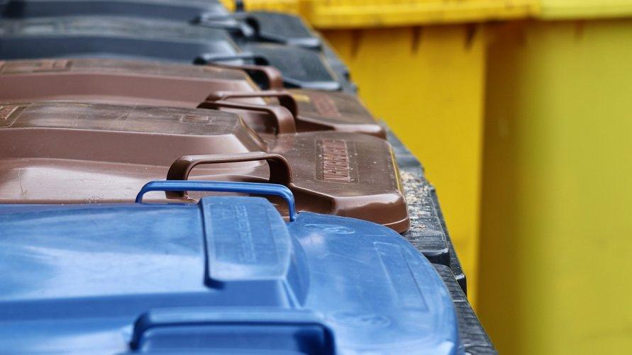 Zdjęcie przedstawia pojemniki na odpady