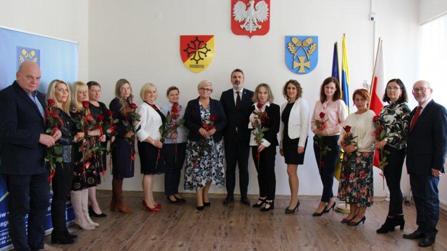 Zdjęcie grupowe osób uczestniczących w spotkaniu.